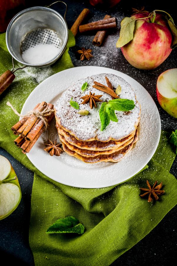 Söta och kryddiga äpplepannkakor arkivfoton