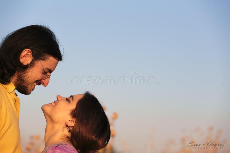 Söta par på ljus - blåa Gray Sky Background royaltyfria foton