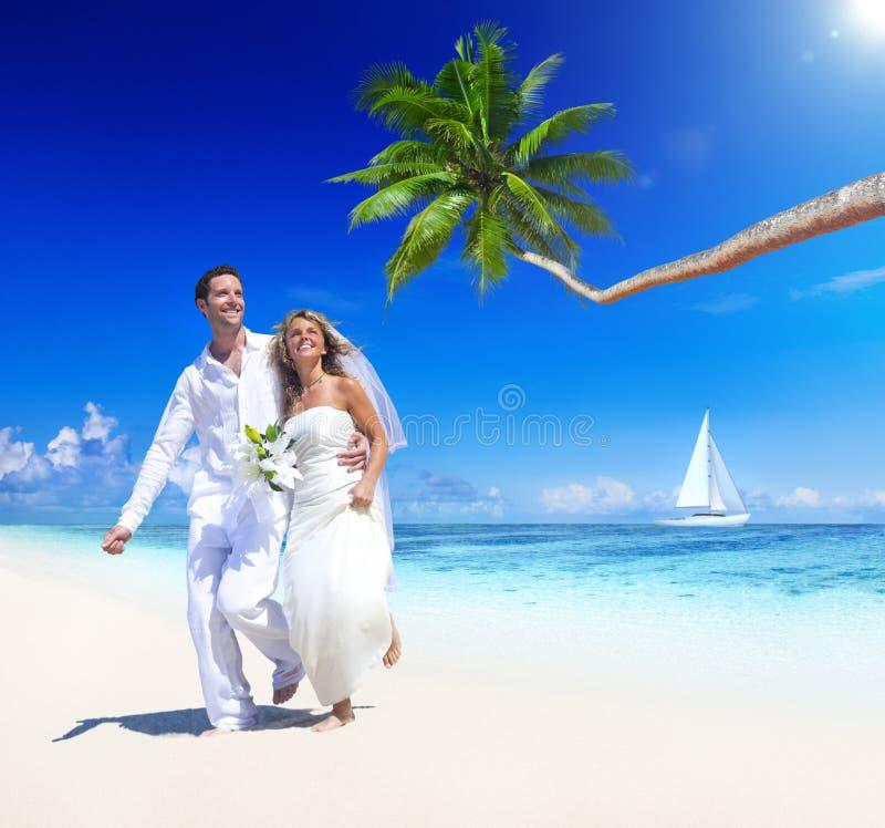 Söta par på tropiskt strandbröllop arkivbild