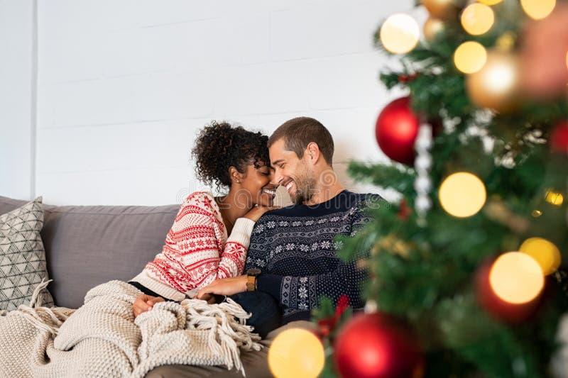 Söta par som omfamnar under jul arkivbild
