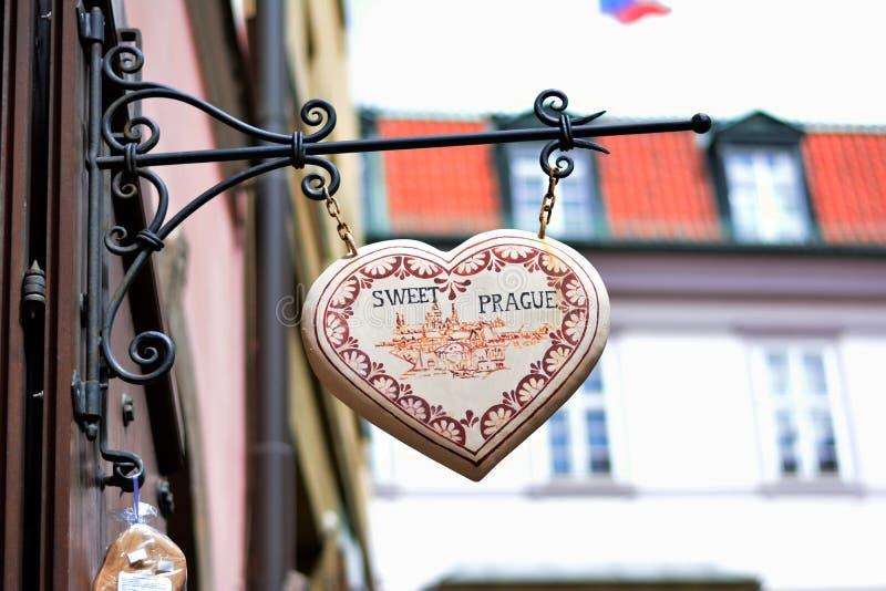 Söta Prague på gatan arkivbilder