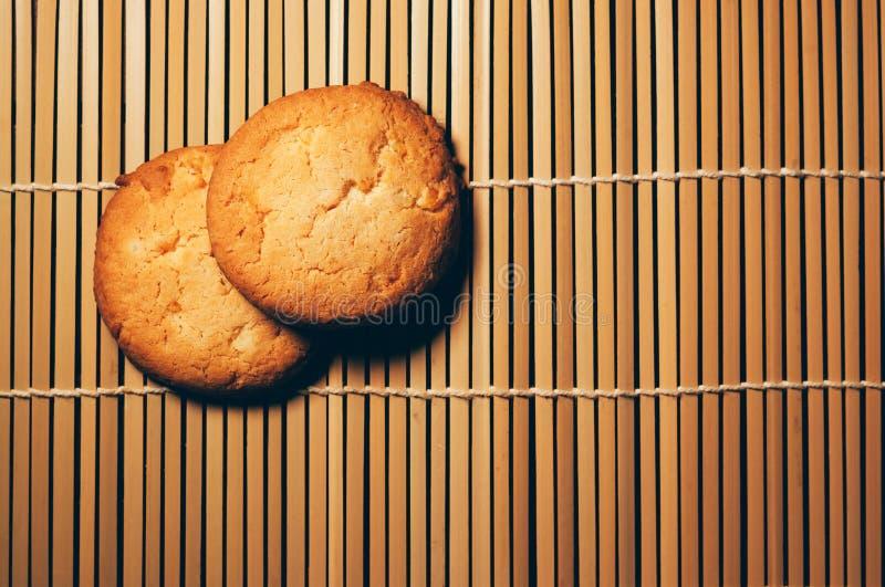 Söta runda kakor på bambubakgrund royaltyfria bilder