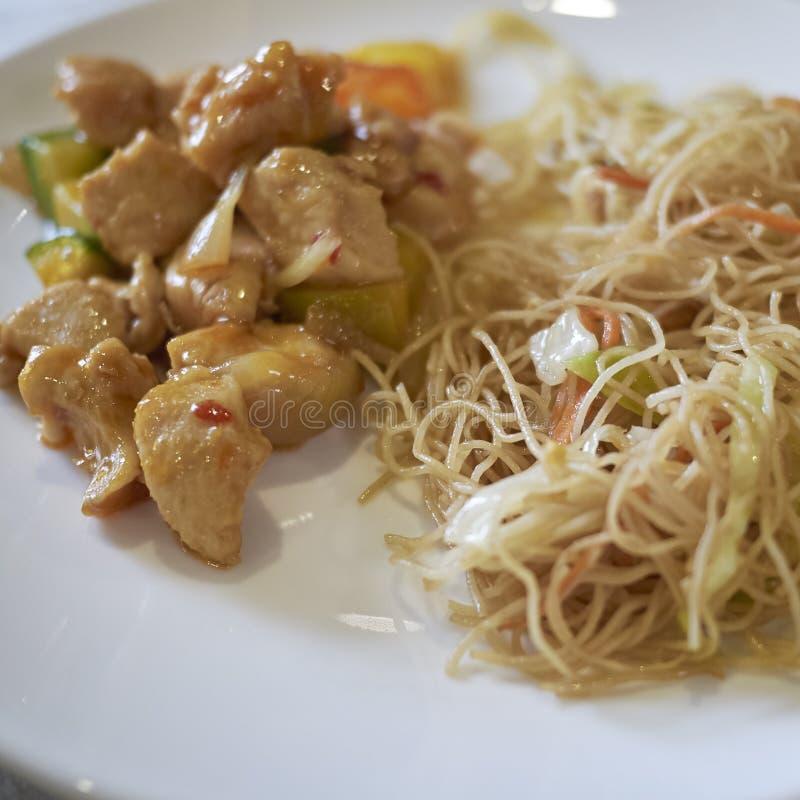 Söta sura fega och risnudlar med grönsaker royaltyfri foto