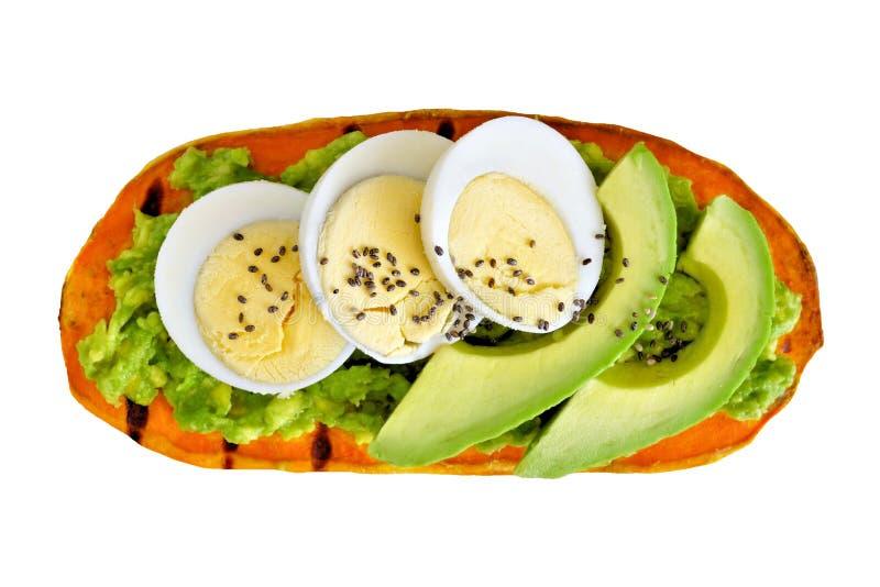 Sötpotatisrostat bröd med avokadot, ägg och isolerat chiafrö arkivbild