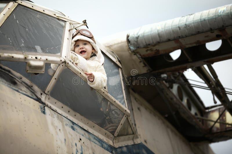 Sötsaken behandla som ett barn att drömma av att vara pilot- royaltyfria foton