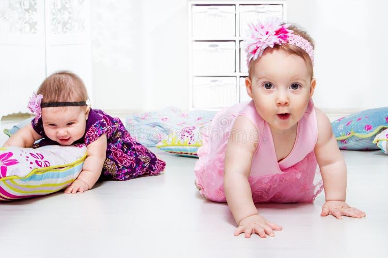 Flickor som leker med, kudder royaltyfri foto