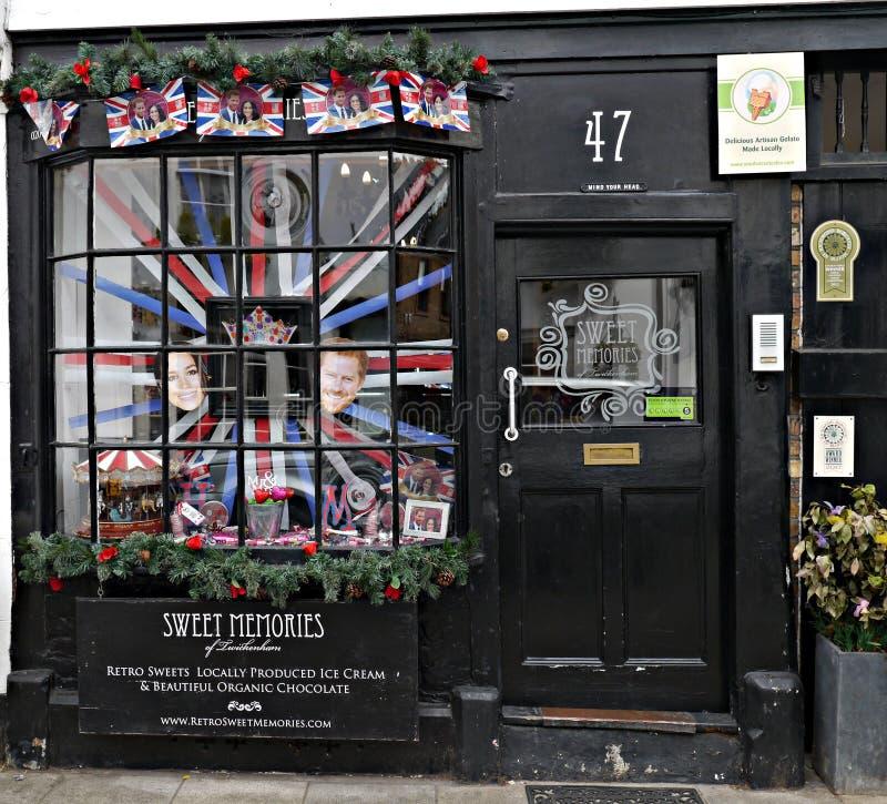 Sötsaken shoppar fönstret med en skärm till prinsen Harry och Meghan Markel Upcoming Marraige arkivbild