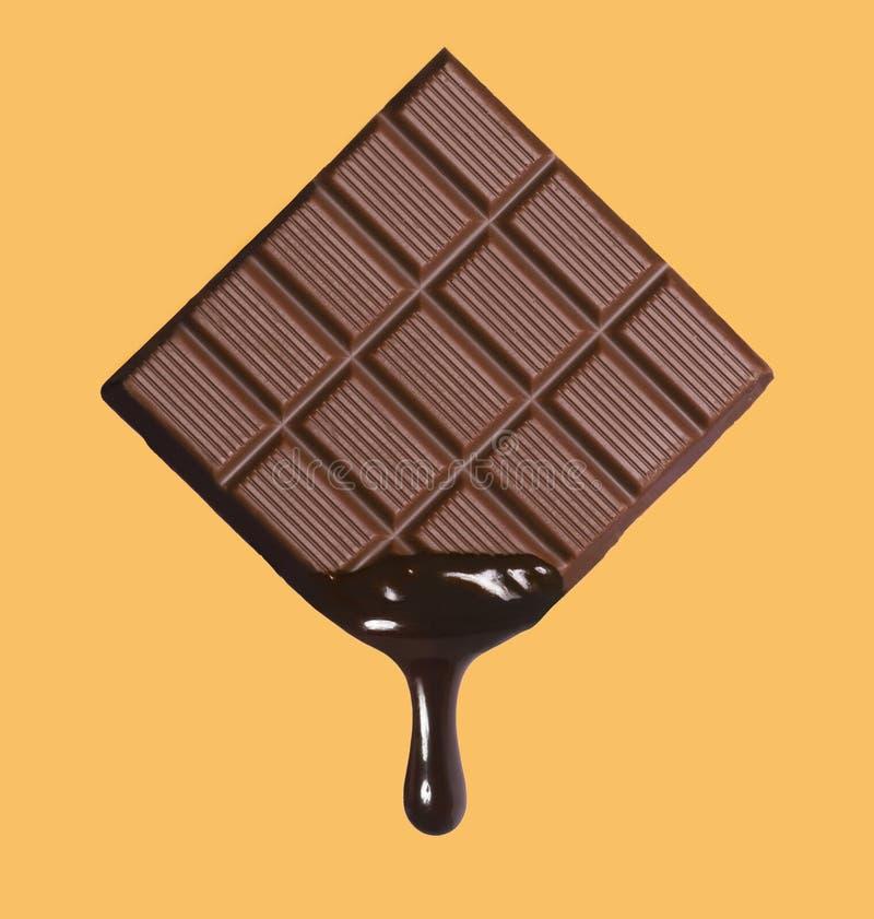 Sötsaken smältte mörk chokladdroppe från chokladstång fotografering för bildbyråer