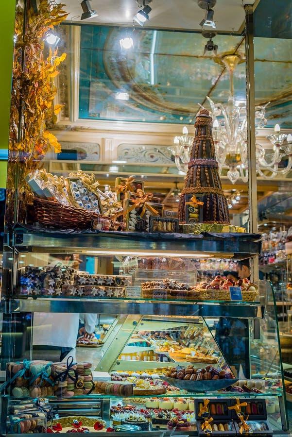 Sötsaker och choklader i skyltfönster i Paris arkivbild