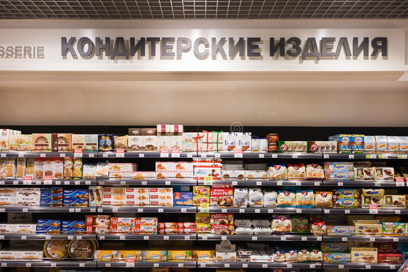 Sötsaker och choklader på självna i foodstore royaltyfri foto