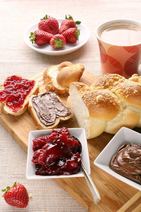 Sött bröd med körsbärsrött driftstopp och choklad. arkivbild