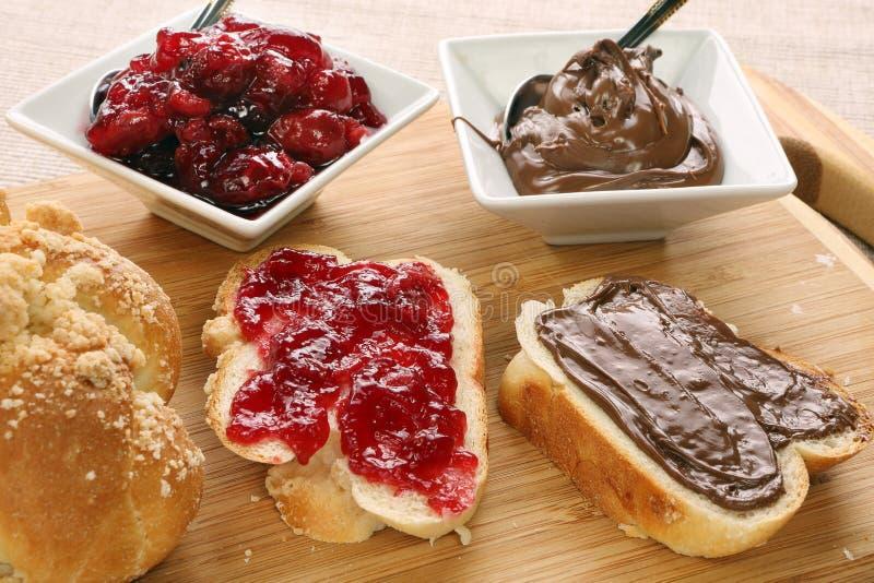 Sött bröd med körsbärsrött driftstopp och choklad. arkivfoton