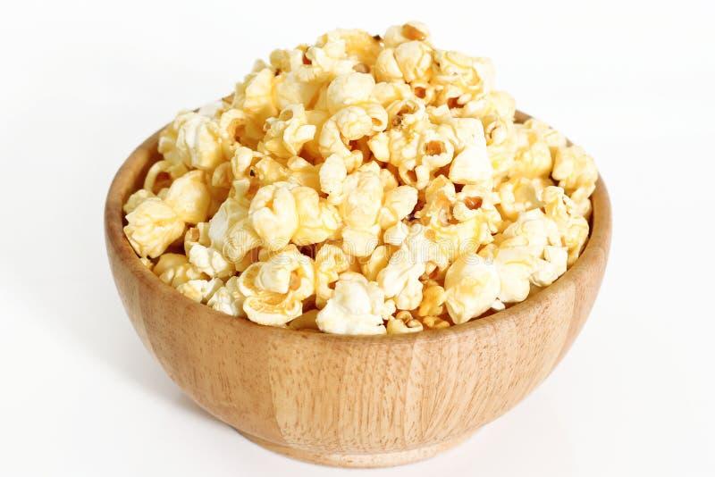 Sött karamellpopcorn i bunke royaltyfri fotografi