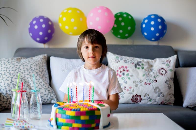 Sött litet barn, pojke som firar hans sjätte födelsedag, kaka, b arkivbilder