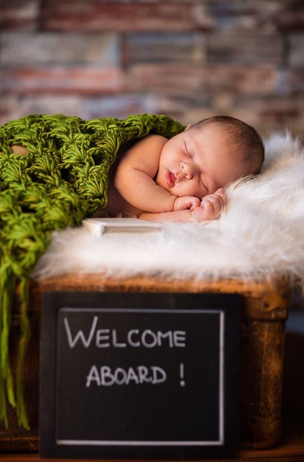 Sött nyfött behandla som ett barn att sova på hjärtegod manfilten arkivbild
