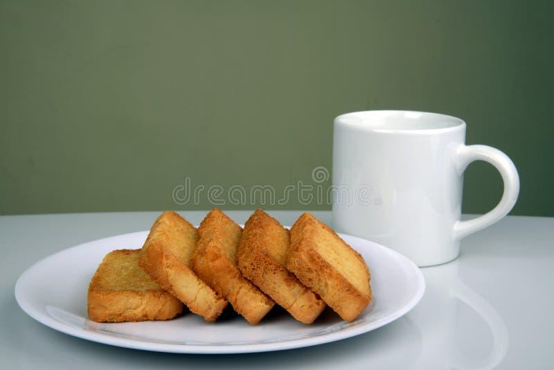 Sött och frasigt rostat bröd eller skorpa med kaffe rånar arkivbild
