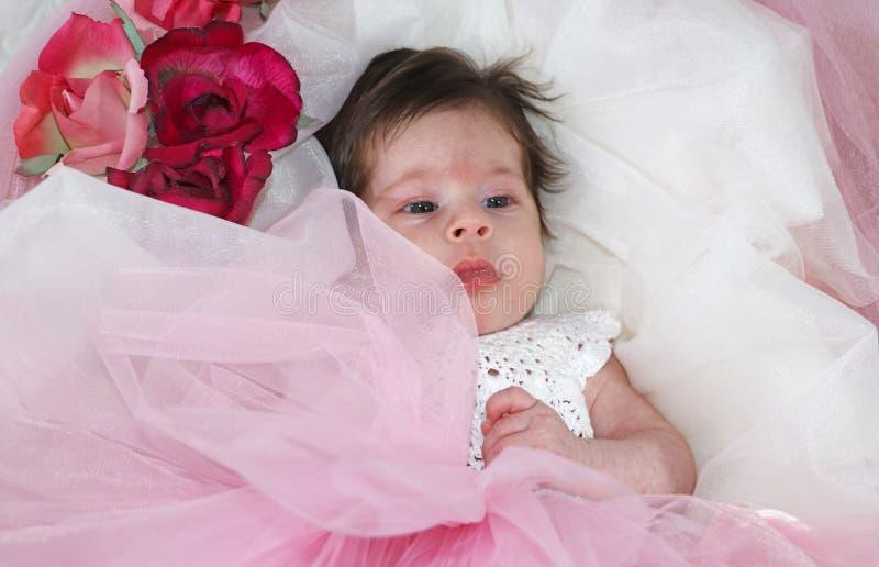 Sött och oskyldigt nyfött behandla som ett barn flickan royaltyfria foton