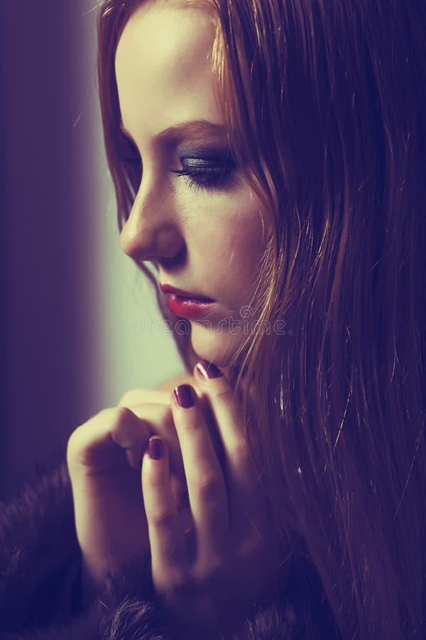 Súplica. Confesión. Mujer triste que ruega. Tolerancia. Dolor y esperanza imagenes de archivo
