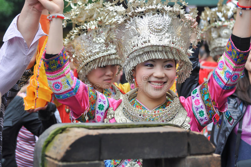 Süß lächelnde weibliche Folk-Sänger lizenzfreies stockfoto