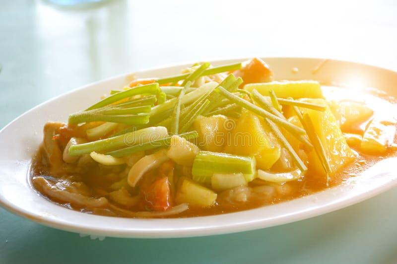 Süß-saure Soße gebraten mit Schweinefleisch und durch Ananasgurke und -tomate verziert lizenzfreie stockfotografie