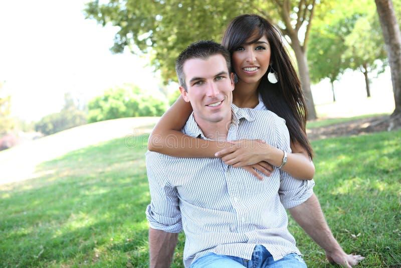 Süße attraktive Paare im Park lizenzfreies stockfoto