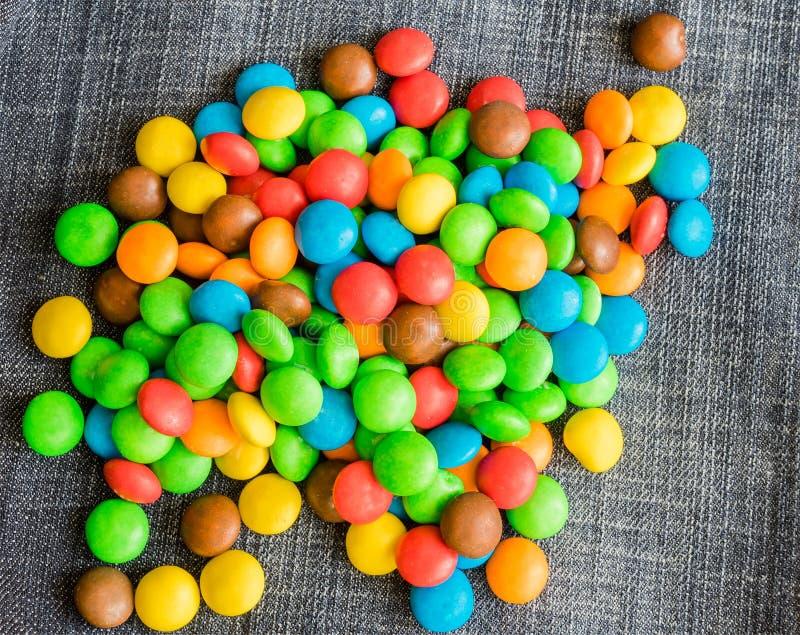 Süße Bonbon-Süßigkeit auf einem Jeanshintergrund stockbilder