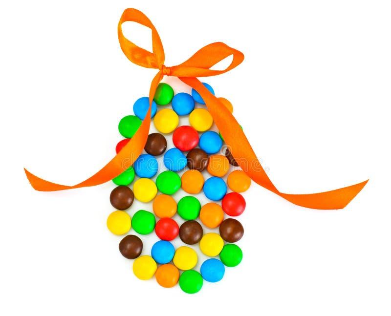 Süße Bonbon-Süßigkeit in der Osterei-Form auf weißem Hintergrund lizenzfreie stockfotografie