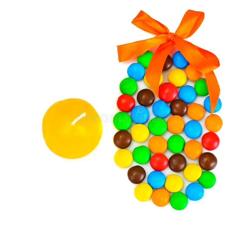 Süße Bonbon-Süßigkeit in der Osterei-Form auf weißem Hintergrund stockfotografie
