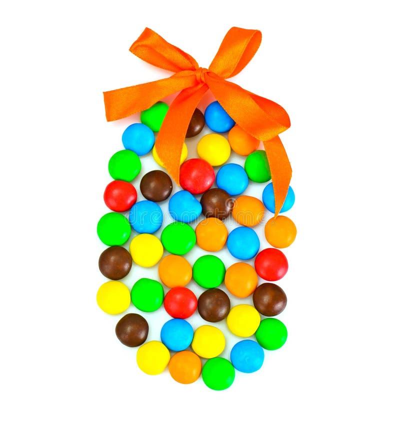 Süße Bonbon-Süßigkeit in der Osterei-Form auf weißem Hintergrund stockfoto