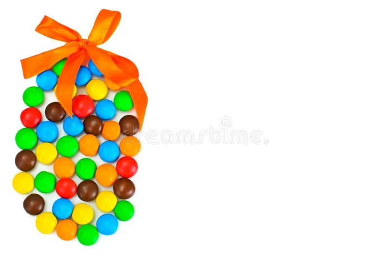Süße Bonbon-Süßigkeit in der Osterei-Form auf weißem Hintergrund lizenzfreies stockbild
