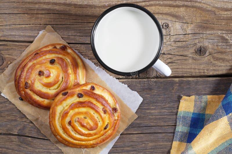 Süße Brötchen und Becher Milch lizenzfreie stockfotos
