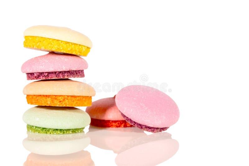 Süße bunte Kekse oder macarons, lokalisiert auf weißem backgroun lizenzfreie stockbilder