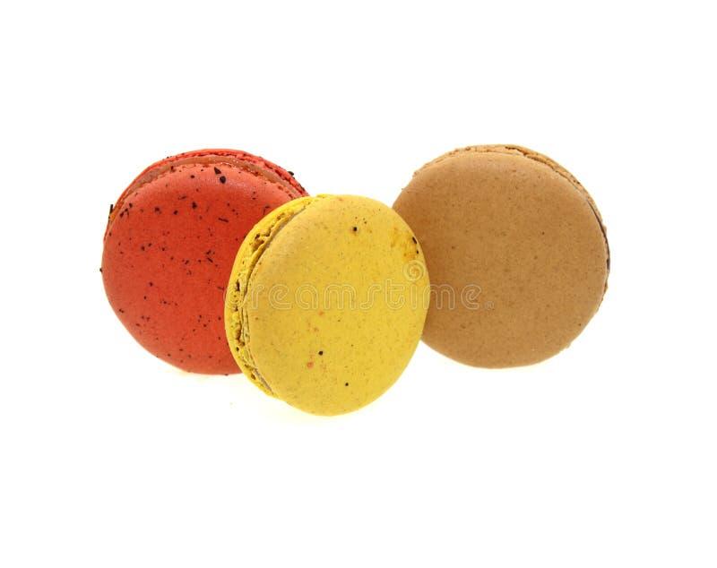 Süße bunte macarons lokalisiert auf weißem Hintergrund lizenzfreie stockfotos