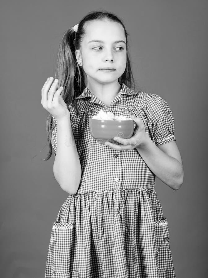 Süße die einzige wahre Liebe Konzept des süßen Zahns Kalorie und Ernährung Stille Girl Gesicht blaues Kleid Hold Bowl Süßigkeiten stockfotografie