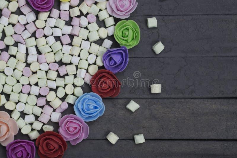 Süße Eibische in der Herzform verziert mit Blumen auf hölzernem Hintergrund getrennt auf weißem, selektivem Fokus stockfoto