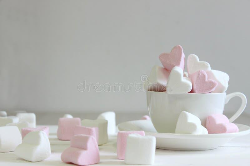 Süße Eibische in Form des Herzens in der keramischen Schale mit rosa Hintergrund Konzept über Liebe und Verhältnis Romantisches S lizenzfreie stockfotografie