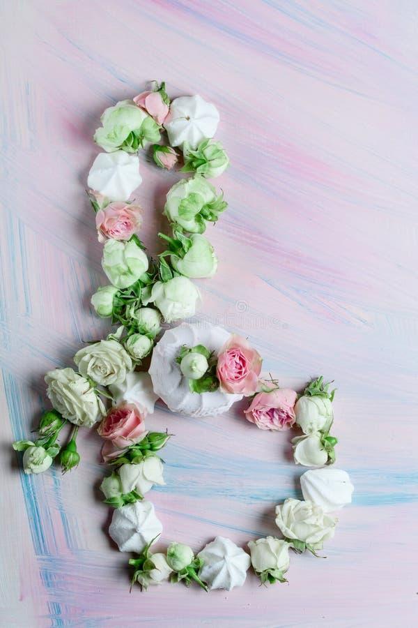 Süße Eibische mit den Knospen von Rosen und von Blättern auf dem Tisch lizenzfreie stockbilder