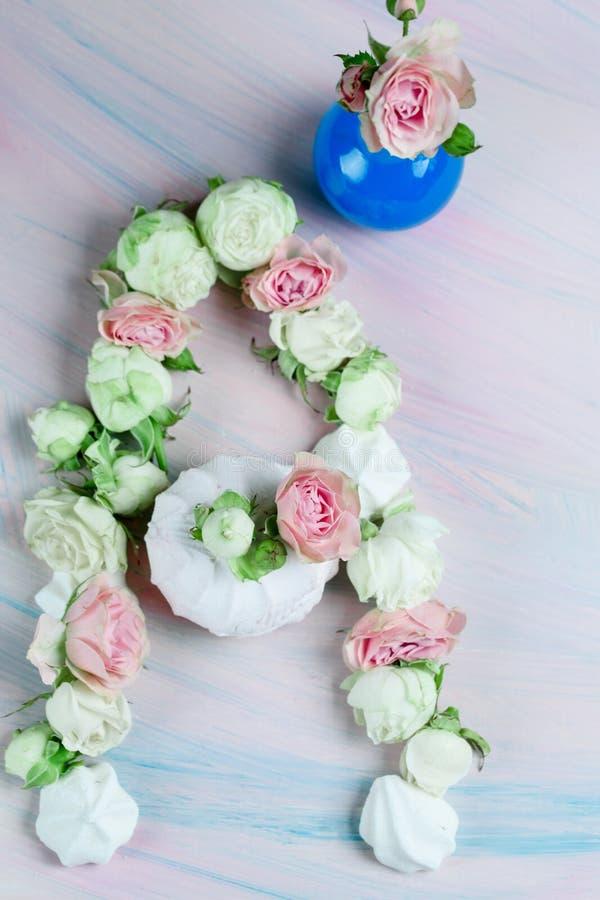 Süße Eibische mit den Knospen von Rosen und von Blättern auf dem Tisch stockfoto