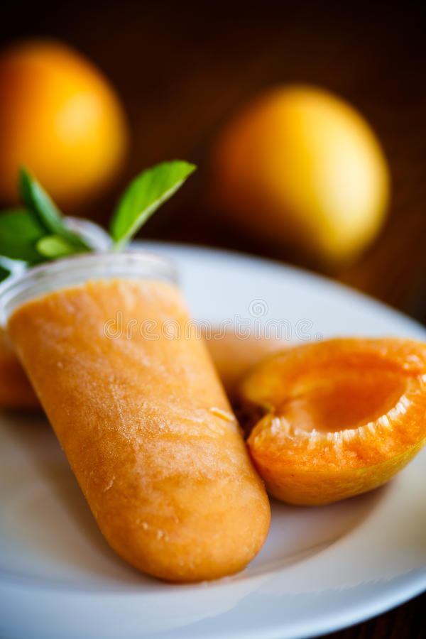 Süße Eiscreme von den Aprikosen stockfoto