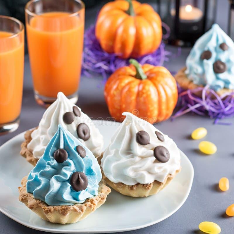 Süße Festlichkeiten Halloweens, Parteilebensmittelkonzept Weiß und blaue Kuchen mit Gesichtern schließen oben stockbild