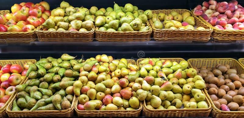 Süße Früchte des Fruchtmarkt-Apfelkiwibirnennektarinenpfirsich eco Nahrungsmittelvitamins nähren gesunde Lebensstilhintergrundfah stockfotos