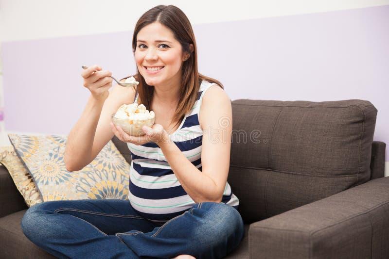 Süße heftige Verlangen während der Schwangerschaft stockbild