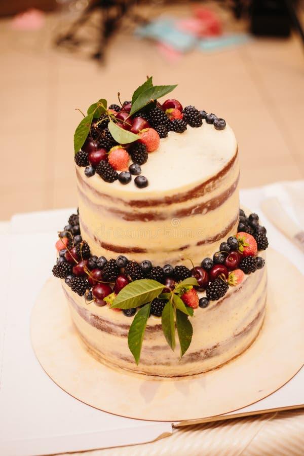 Süße Hochzeitstorte gemacht vom frischen Beerenkleinen kuchen stockbild