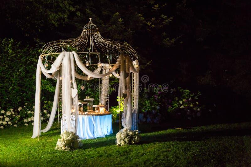 Süße Hochzeitstorte im Freien stockbild