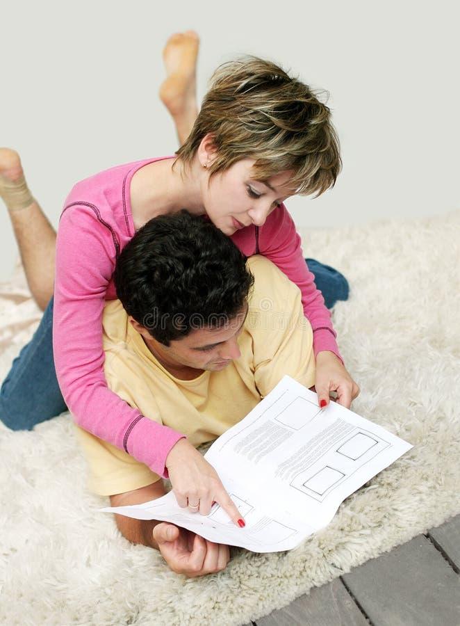 Süße junge Paare lizenzfreie stockbilder