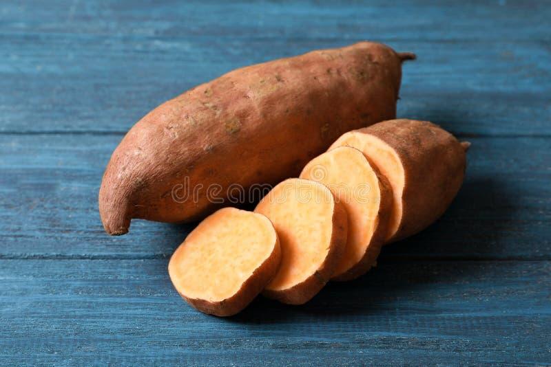 Süße Kartoffeln auf Hintergrund lizenzfreie stockfotos