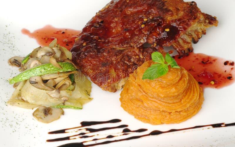 Süße Kartoffelpurees mit Rippe und roter Soße lizenzfreie stockbilder