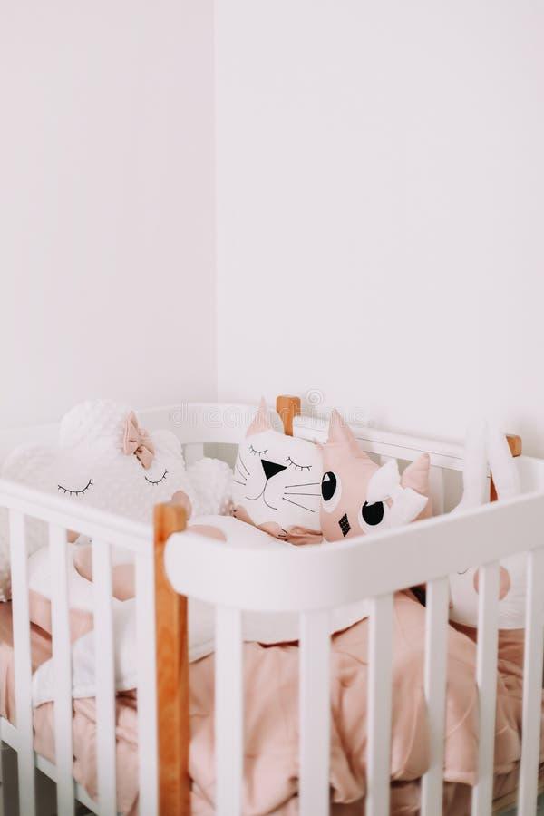 Süße Kindertagesstättenraumdekorationen für Baby Stilvoller Babyrauminnenraum Gemütliches Kinderschlafzimmer in der skandinavisch stockbild