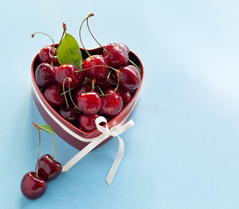 Süße Kirschen für Valentinstag. stockbilder