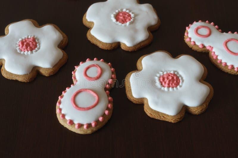 Süße Lebkuchenplätzchen mit weißer Zuckerglasur stockbild